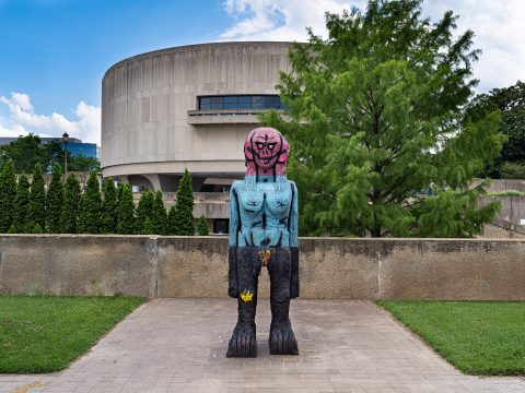 Huma Bhabha, We Come in Peace, 2018. Installed in the Hirshhorn Sculpture Garden July 2020. Photo by William Andrews.