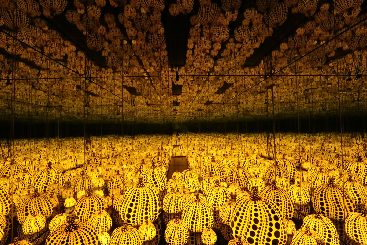 Yayoi Kusama All the Eternal Love I Have for the Pumpkins, 2016 Wood, mirror, plastic, black glass, LED Collection of the artist. Courtesy of Ota Fine Arts, Tokyo / Singapore and Victoria Miro, London. © Yayoi Kusama
