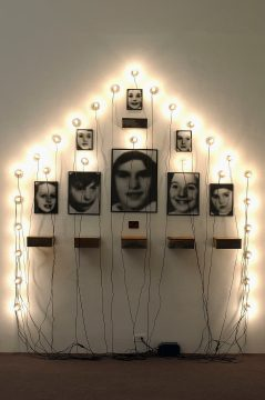Christian Boltanski, Monument, 1989
