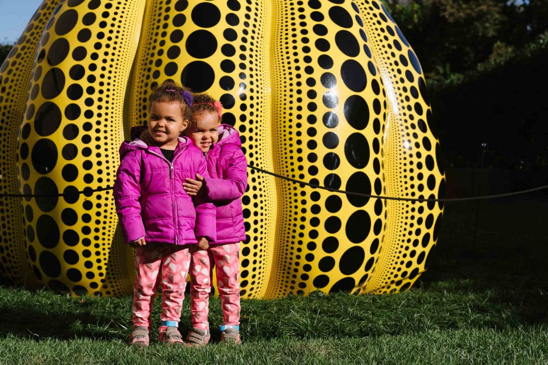 Children in front of the Yayoi Kusama Pumpkin