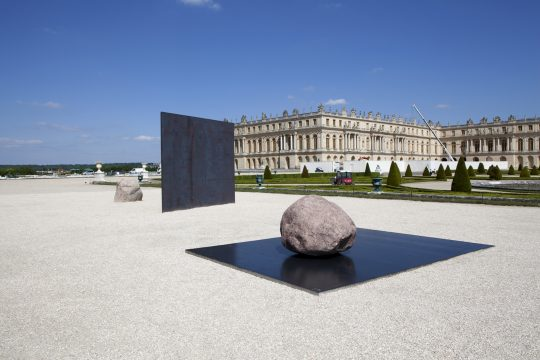 Lee Ufan , Relatum – Dialogue X, 2014. Installation view, Château de Versailles. © ADAGP Lee Ufan - Courtesy the artist, Kamel Mennour and Pace. Photography: Fabrice Seixas